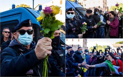 Roma, manifestazione No Green Pass: donne regalano rose a poliziotti