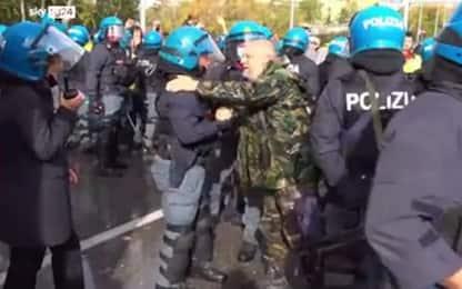Porto di Trieste, l'abbraccio tra manifestante e poliziotto. VIDEO