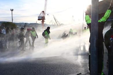 Green pass, al porto di Trieste sgomberato varco 4. Ancora proteste