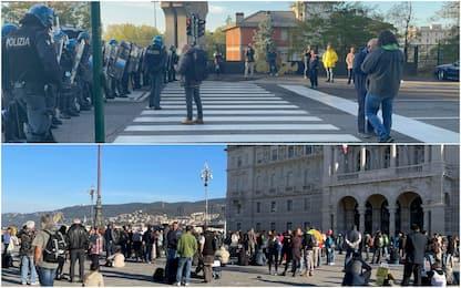 """Trieste, presidio dei """"no Green Pass"""" in piazza Unità d'Italia. FOTO"""