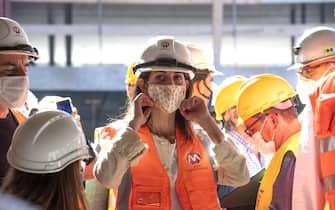 La sindaca di Roma Virginia Raggi visita il cantiere stazione Colosseo-Fori Imperiali della Metro C a Roma, 23 luglio 2020.   MAURIZIO BRAMBATTI/ANSA