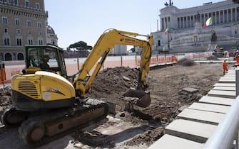 Il cantiere della Metro C a Piazza Venezia, Roma, 27 aprile 2020.   MAURIZIO BRAMBATTI/ANSA