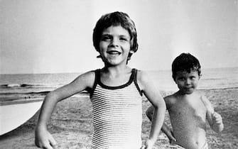 Alfredino Rampi con il fratello Riccardo (D) in una  foto ripresa dalla TV. ANSA
