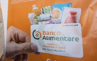 Simone mostra un pacco di riso Nespresso stipato nel magazzino del Banco Alimentare del Lazio ad Aprilia (LT) 27 novembre 2020. ANSA/CLAUDIO PERI