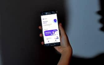 """L'App Immuni attiva su uno smartphone, Roma, 7 giugno 2020.La app Immuni per il contact tracing, che domani inizier a funzionare in via sperimentale in 4 regioni, """" stata scaricata da 2 milioni di italiani"""". Lo ha detto il commissario per l'emergenza Domenico Arcuri a '1/2 ora in pi' su Rai3.  ANSA / ETTORE FERRARI"""