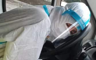 Otto, infinite, ore in attesa di entrare al pronto soccorso dell'ospedale di Villa Sofia a Palermo con il paziente a bordo dell'ambulanza. E' accaduto ieri, ma da giorni si hanno notizie di ambulanze in attesa di trasferire i sospetti Covid positivi nelle aree di emergenza degli ospedali siciliani. Solo che questa volta la foto dell'infermiera del 118 che si addormenta stremata sul volante dell'ambulanza in attesa davanti all'ospedale è diventata una delle immagine simbolo di questa emergenza. ANSA