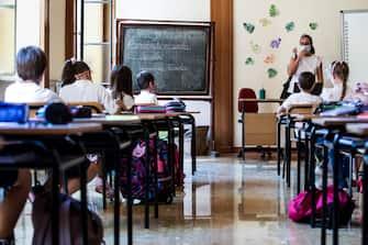 Studenti in un aula ricavata dalla chiesa dell'Istituto ''La Salle Aventino Pio IX'' il primo giorno di ripresa delle scuole durante l emergenza per il Covid-19, Roma, 14 settembre 2020.  ANSA/ANGELO CARCONI