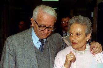 PHILADELPHIA, PA - FEBRUARY 10:  Italian writer Enzo Biagi and wife visiting Wistar Institute on February 10, 1990 in Philadelphia, Pannsylvania. (Photo by Santi Visalli/Getty Images)
