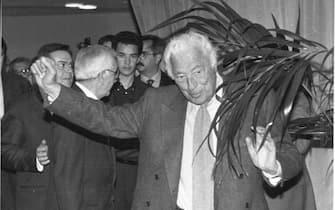 """A40-26/05/97-BRESCIA-POL: UE; UME; AGNELLI, """"TENTARE IL TUTTO PER TUTTO"""".    Il presidente onorario della Fiat Gianni Agnelli sale sul palco per intervenire alla cerimonia per il centenario dell' Associazione degli industriali di Brescia.          PAL       BENITO ALABISO / ANSA"""