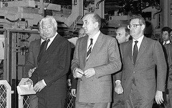 Nella foto d'archivio Giovanni Agnelli  in un' immagine del 6 marzo 1989 all'inaugurazione dello stabilimento Fiat di Cassino. Al centro della foto da sinistra, Gianni Agnelli, Ciriaco De Mita e Cesare Romiti. John Elkann e il nuovo presidente della Fiat. ANSA/ ARCHIVIO