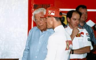 ©LapresseArchivio storicoeconomiasportanni '90Giovanni Agnelli e Michael Schumachernella foto: l'industriale Giovanni Agnelli e il pilota Michael Schumacher nei box Ferrari