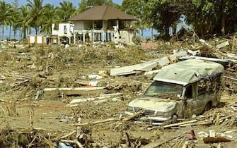 Un resort distrutto dopo il passaggio dello tsunami a Khao Lak, nel sud della Thailandia, in una immagine del 28 Dicembre 2004. ANSA/RUNGROJ YONGRIT