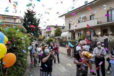 I pazienti di Covid-19 tornano a casa, nelle foto di Stefano Schirato