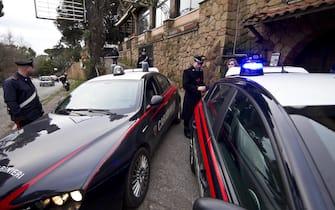 """Carabinieri al lavoro all'esterno del pub """"Derby"""", stamani 15 gennaio 2011 a Grottaferrata (Roma), dove la scorsa notte un ragazzo di 21 anni è morto dopo essere stato accoltello durante una rissaANSA/MASSIMO PERCOSSI"""