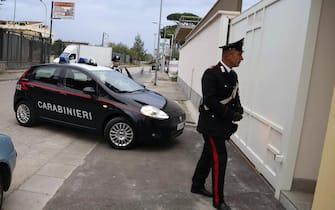 Carabinieri  davanti alla scuola di ballo a Sant'Antimo ( Napoli) dove un uomo ha tentato di rapire una bambina di tre anni alla madre mentre la donna era in macchina. La persona arrestata e' un cittadino bulgaro di 57 anni di etnia rom.ANSA  / PRIMA PAGINA
