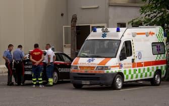 L'ambulanza, a presidio preventivo davanti ad una sede del test di ammissione alla facoltà di medicina, sequestrata dai carabinieri perché sprovvista di copertura assicurativa, Napoli, 9 settembre 2013. ANSA / CIRO FUSCO