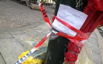 Un biglietto e un mazzo di fiori sul luogo dell'omicidio di un uomo marocchino ucciso a sprangate, Genova, 2 febbraio 2013. ANSA/ LUCA ZENNARO
