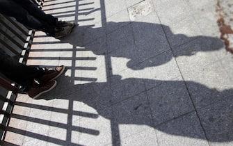 Esterno dell'ufficio postale di Aversa con pozza di sangue visibile, in provincia di Caserta, dove nella notte una rissa per futili motivi ha provocato la morte per accoltellamento di un ragazzo di 15 anni, Emanuele Di Caterino, nipote di Gaetano Iorio, esponente del clan Schiavone, sottoposto a sorveglianza speciale, 8 aprile 2013. Il ragazzo è morto nella notte in ospedale mentre l'accoltellatore, di 17 anni, è stato arrestato. Entrambi erano incensurati. ANSA / CESARE ABBATE