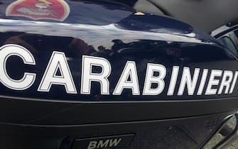 La gazzella dei Carabinieri, 12 febbraio 2014. I carabinieri del Nucleo Radiomobile di Roma, con la collaborazione dei militari della Compagnia Roma Trionfale e del Nucleo Cinofili, hanno arrestato tre persone, due romeni di 24 e 36 anni in Italia senza fissa dimora, e un ragazzo di 32 anni, originario della provincia di Cosenza, ma residente a Roma, già noti alle forze dell'ordine, con l'accusa di detenzione di sostanze stupefacenti. Il 24enne e l'italiano erano stati notati a bordo di una Bmw con targa bulgara mentre si aggiravano nel quartiere Trionfale. Alla vista dei carabinieri hanno tentato di eludere i controlli allontanandosi a velocità sostenuta. I militari sono riusciti a fermarli  e subito sono scattate le perquisizioni dell'auto e dei due giovani che sono stati trovati in possesso di oltre 250 grammi di hashish, una decina di grammi di marijuana e, nascosti nell'abitacolo, 4 panetti di hashish del peso di oltre un chilo. A quel punto le verifiche sono state estese anche nei rispettivi domicili: il romeno è risultato essere alloggiato in una baracca in via di Tor di Quinto. Lì i carabinieri hanno scoperto il suo coinquilino, un altro romeno di 36 anni che faceva la guardia a un borsone, al cui interno sono stati recuperati 41 panetti di hashish, del peso complessivo di 10 Kg, e una busta in cellophane contenente 1,2 Kg di marijuana. Nel borsone, inoltre, i carabinieri hanno trovato e sequestrato anche valori bollati nazionali di dubbia provenienza. A casa del 32enne calabrese, invece, i carabinieri hanno sequestrato una decina di grammi di cocaina e altri 10 di marijuana. ANSA/ CARABINIERI  +++ HO - NO SALES, EDITORIAL USE ONLY +++