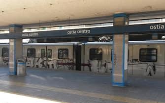 Un treno della Roma-Lido fermo alla stazione di Ostia centro, 24 settembre 2015. ANSA