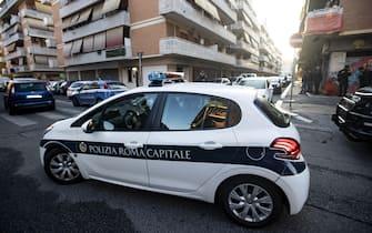 Carabinieri e polizia di Roma capitale durante lo sgombero in una abitazione della famiglia Spada a Ostia, Roma, 9 ottobre 2018.ANSA/MASSIMO PERCOSSI