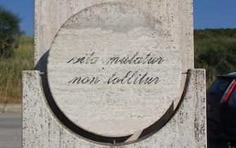 Una parte della stele fatta erigere alla periferia di Agrigento dai genitori del giudice Rosario Livatino, il magistrato ucciso dalla mafia il 21 settembre del 1990. Il monumento si trova nel luogo in cui il magistrato venne assassinato.  ANSA/ENZO GALLO