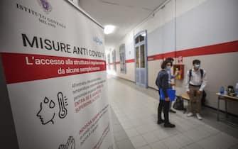 Studenti in corridoio in attesa di entrare nell aula dell esame nel primo giorno di esami di maturità all Istituto Liceo Gonzaga, Milano, 17 giugno 2020.  Ansa/Matteo Corner