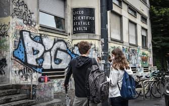 Studenti davanti al Liceo scientifico Volta in occasione del primo giorno di esami di maturità con le normative anticontagio per il coronavirus Covid-19, Milano, 17 giugno 2020.  Ansa/Matteo Corner