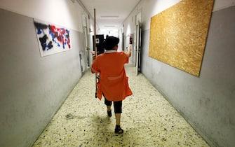 Una bidella cammina in un corridoio il primo giorno di scuola al liceo Newton di Roma, oggi 12 settbre 2011 a Roma. ANSA/ALESSANDRO DI MEO