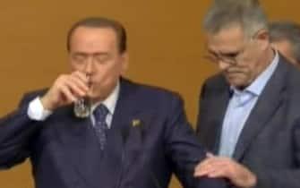 Nel fermo immagine da Sky TG 24, il medico Alberto Zangrillo con Silvio Berlusconi che beve un bicchier d'acqua sul palco del consiglio nazionale del Pdl, Roma, 16 novembre 2013. ANSA / FERMO IMMAGINE SKY TG 24