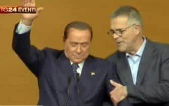 Nel fermo immagine da Sky TG 24, il medico Alberto Zangrillo con Silvio Berlusconi sul palco del consiglio nazionale del Pdl, Roma, 16 novembre 2013. ANSA / FERMO IMMAGINE SKY TG 24