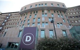 L'ingresso del padiglione D dell'ospedale San Raffaele di Milano dove Silvio Berlusconi sta trascorrendo la degenza dopo aver subito un intervento al cuore, 23 giugno 2016. ANSA / MATTEO BAZZI