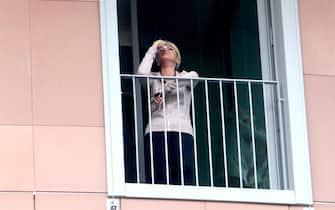 Francesca Pascale si affaccia in lacrime alla finestra dell'ospedale San Raffaele dove è ricoverato Silvio Berlusconi in attesa di essere sottoposto a un'operazione al cuore, Milano, 14 giugno 2016.  ANSA/MOURAD BALTI TOUATI
