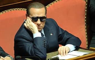 Silvio Berlusconi con gli occhiali da sole seduto nell'aula del Senato durante la votazione del presidente del Senato, Roma, 16 marzo 2013. ANSA/ ALESSANDRO DI MEO