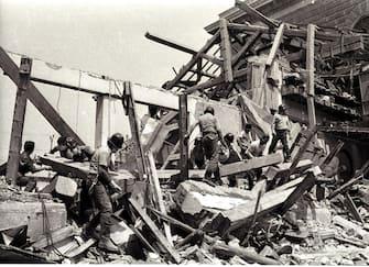 I  soccorritori a lavoro dopo la strage di Bologna .