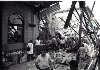 I  soccorritori a lavoro dopo la strage di Bologna . ANSA ARCHIVIO 97543