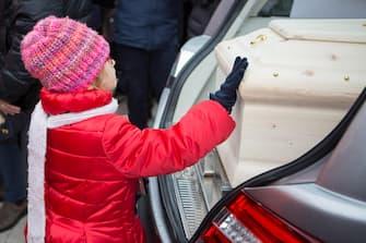 Una delle figlie di Eleonora Girolimini, la donna di 39 anni, madre di 4 figli, morta nella calca della discoteca Lanterna azzurra di Corinaldo, proteggendo la figlia di 11 anni che aveva accompagnato nel locale per un dj set di Sfera Ebbasta, durante i funerali nel Duomo di Senigallia, 15 dicembre 2018.   ANSA/Cristian Ballarini