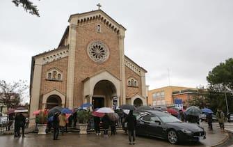 L'auto con il feretro di Emma Fabini, la liceale di 14 anni morta nella calca della discoteca Lanterna azzurra di Corinaldo, all'esterno della Chiesa del Portone di Senigallia, 13 dicembre 2018. ANSA/CRISTIAN BALLARINI