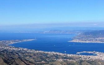 Una immagine dello stretto di Messina tratta da Wikipedia. ANSA /WEB +++EDITORIAL USE ONLY- NO SALES- NO ARCHIVE+++