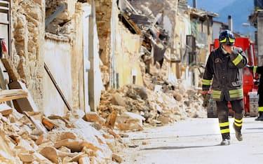 © Roberto Monaldo / LaPresse 06-04-2009 Onna (L'Aquila) Interni Terremoto Abruzzo   Abruzzo Heartquake, rubble and building collapsed  Nella foto I Vigili del Fuoco tra le macerie