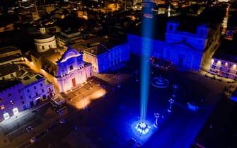 Un faro puntato nel cielo de L'Aquila per ricordare le vittime del terremoto del 6 aprile 2009. ANSA/FRANCESCO PATACCHIOLA