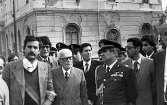Il presidente della Repubblica Sandro Pertini vistita i paesi colpiti dal terremoto in Irpinia del 23 novembre 1980.   ARCHIVIO / ANSA / PAL