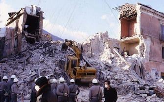 TERREMOTO DELL IRPINIA DEL 23 NOVEMBRE 1980 ( - 2009-04-07, Napoli / IPA) p.s. la foto e' utilizzabile nel rispetto del contesto in cui e' stata scattata, e senza intento diffamatorio del decoro delle persone rappresentate