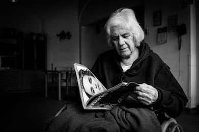 Sogni e dolori della vita in una RSA, le foto di Emiliano Cribari