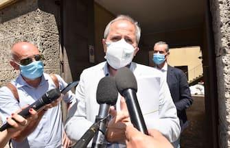 Il direttore del dipartimento di Medicina molecolare e virologica dell'Università di Padova, Andrea Crisanti, esce dalla procura di Bergamo dopo un colloquio con i magistrati che si occupano delle inchieste sulle conseguenze del coronavirus nel Bergamasco, 22 giugno 2020.  ANSA/FILIPPO VENEZIA