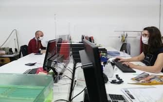 Carpi (Mo). Dipendenti dell'azienda Si-Crea, attiva nel settore della maglieria, al lavoro con le mascherine di protezione al Coronavirus, dove necessario l'azienda ha anche installato barriere di plexiglass per dividere le postazioni dei suoi dipendenti (ROBERTO BRANCOLINI/Fotogramma, Modena - 2020-05-13) p.s. la foto e' utilizzabile nel rispetto del contesto in cui e' stata scattata, e senza intento diffamatorio del decoro delle persone rappresentate