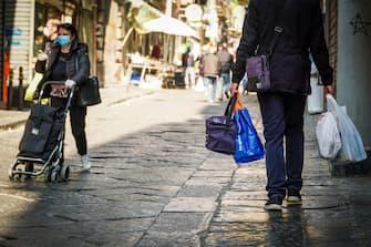 Spese in vista della Pasqua nel centro storico di Napoli, 10 aprile 2020 ANSA/CESARE ABBATE