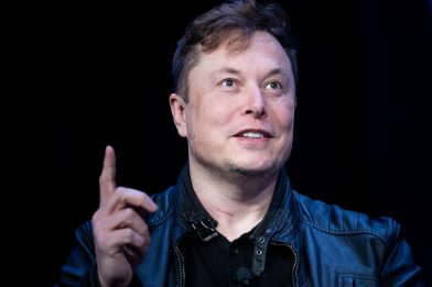 Elon Musk cerca un esperto social per difendersi dagli haters