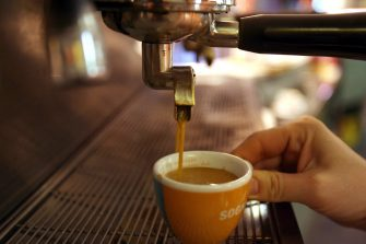 La preparazione di un caffe' espresso in un bar, in un'immagine d'archivio.     FRANCO SILVI/ANSA/i50