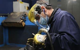 Castelvetro (Mo). Un dipendente dell'azienda metalmeccanica F.lli Galli2 lavora con la mascherina per prevenire la diffusione del Coronavirus (ROBERTO BRANCOLINI/Fotogramma, Modena - 2020-05-14) p.s. la foto e' utilizzabile nel rispetto del contesto in cui e' stata scattata, e senza intento diffamatorio del decoro delle persone rappresentate